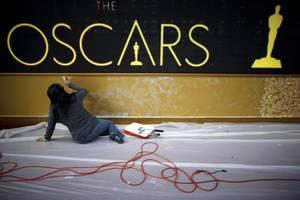 Στην είσοδο του θεάτρου πλαισιώνεται μια στήλη που αναγράφονται οι νικητές των Βραβείων Όσκαρ στην κατηγορία καλύτερης ταινίας από το 1928 μέχρι σήμερα.