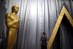 Το θέατρο επιχορηγείται από την εταιρία Κόντακ (Kodak), η οποία κατέβαλε 75 εκατομμύρια δολάρια για να συνδέσει το όνομά της με το κτήριο.