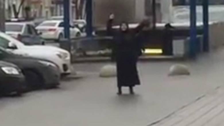 Μόσχα: Μαυροντυμένη γυναίκα κρατά κομμένο κεφάλι παιδιού