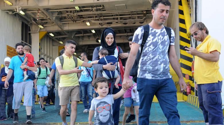 Σε τέσσερις σταθμούς φιλοξενούνται οι πρόσφυγες και οι μετανάστες στο λιμάνι του Πειραιά