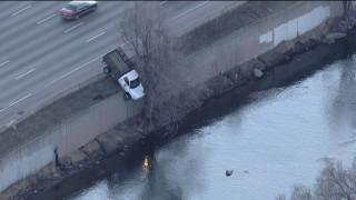ΗΠΑ: Φορτηγό κρεμάστηκε από γέφυρα
