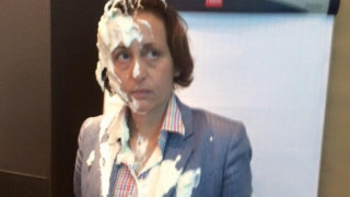 «Τουρτοπόλεμος» κατά του AfD: Ακτιβιστές εκτόξευσαν τούρτα σε ακροδεξιά πολιτικό