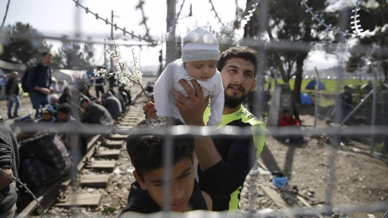 Προσφυγικό: Χιλιάδες εγκλωβισμένοι στην Ειδομένη, με το σταγονόμετρο η διέλευση στην πΓΔΜ