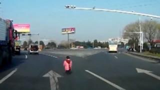 Μωρό πέφτει από βαν στην άσφαλτο σε κεντρική λεωφόρο (vid)