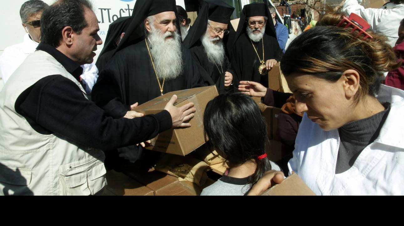 Η Εκκλησία διένειμε τρόφιμα στους πρόσφυγες στον Πειραιά