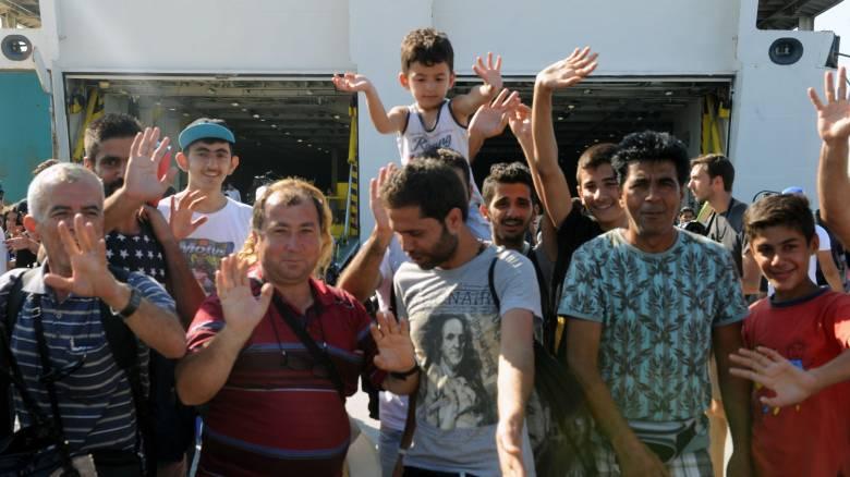 Συνωστισμός προσφύγων και μεταναστών στον Πειραιά