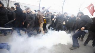 Δακρυγόνα κατά διαδηλωτών έξω από την τουρκική εφημερίδα Zaman