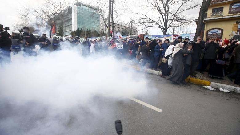 Σύρραξη διαδηλωτών–αστυνομίας έξω από τα γραφεία της Zaman