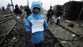 Πρόσφυγες: Εγκλωβισμένοι στην Ειδομένη, στο έλεος της βροχής