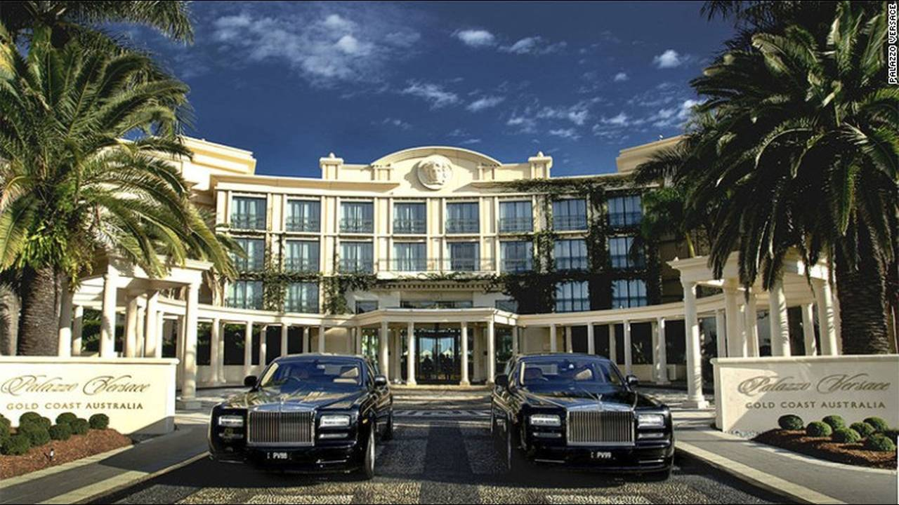 https://cdn.cnngreece.gr/media/news/2016/03/09/24611/photos/snapshot/160212071541-celebrityownedhotels-palazzo-versace-donatella-versage.jpg
