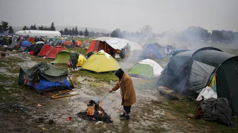 «Μάχη» επιβίωσης στη λάσπη δίνουν οι πρόσφυγες στην Ειδομένη