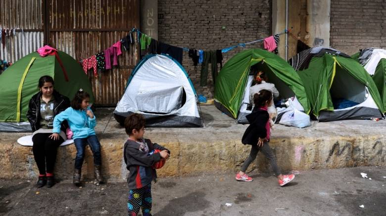 Νέες αφίξεις προσφύγων και μεταναστών στον Πειραιά - Στήνουν σκηνές ελέω βροχής