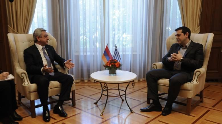 Πρόκληση που μας υπερβαίνει το προσφυγικό, τόνισε ο Τσίπρας στον Αρμένιο πρόεδρο