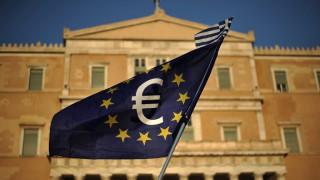 Διαπραγμάτευση: Φόροι στα καύσιμα και στις τραπεζικές συναλλαγές για να κλείσει το κενό