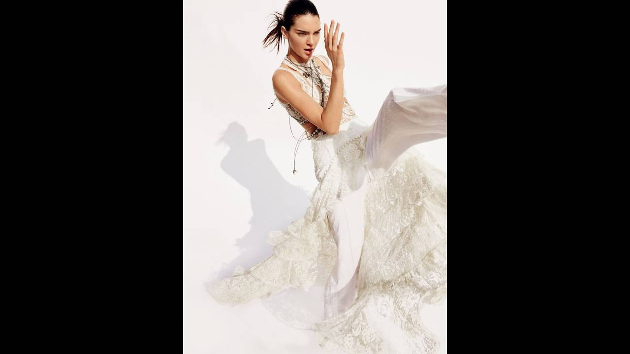 https://cdn.cnngreece.gr/media/news/2016/03/23/26351/photos/snapshot/kendall-jenner-by-mario-testino-for-vogue-us-april-2016-4.jpg