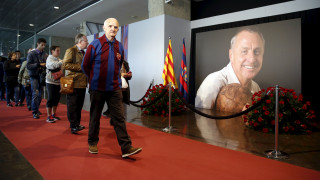 Το γήπεδο της Μπαρτσελόνα άνοιξε τις πόρτες στον κόσμο για να τιμήσουν την μνήμη του Γιόχαν Κρόιφ
