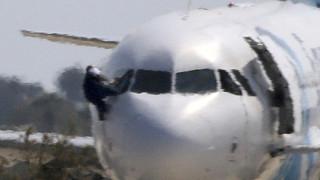 Βίντεο ντοκουμέντο: Ο αεροπειρατής περνά χαλαρός τον έλεγχο στο αεροδρόμιο της Αλεξάνδρειας
