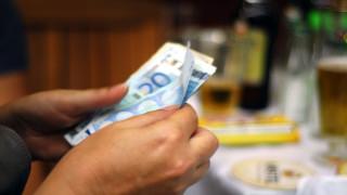 Σε εισφορές, φόρους το 60% του μισθού