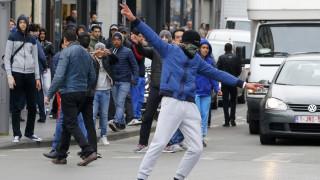 Ακροδεξιοί και αντιρατσιστές συγκρούονται στο Μόλενμπεκ