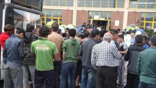 Πρόσφυγες και μετανάστες αρνούνται να μετακινηθούν από τον Πειραιά
