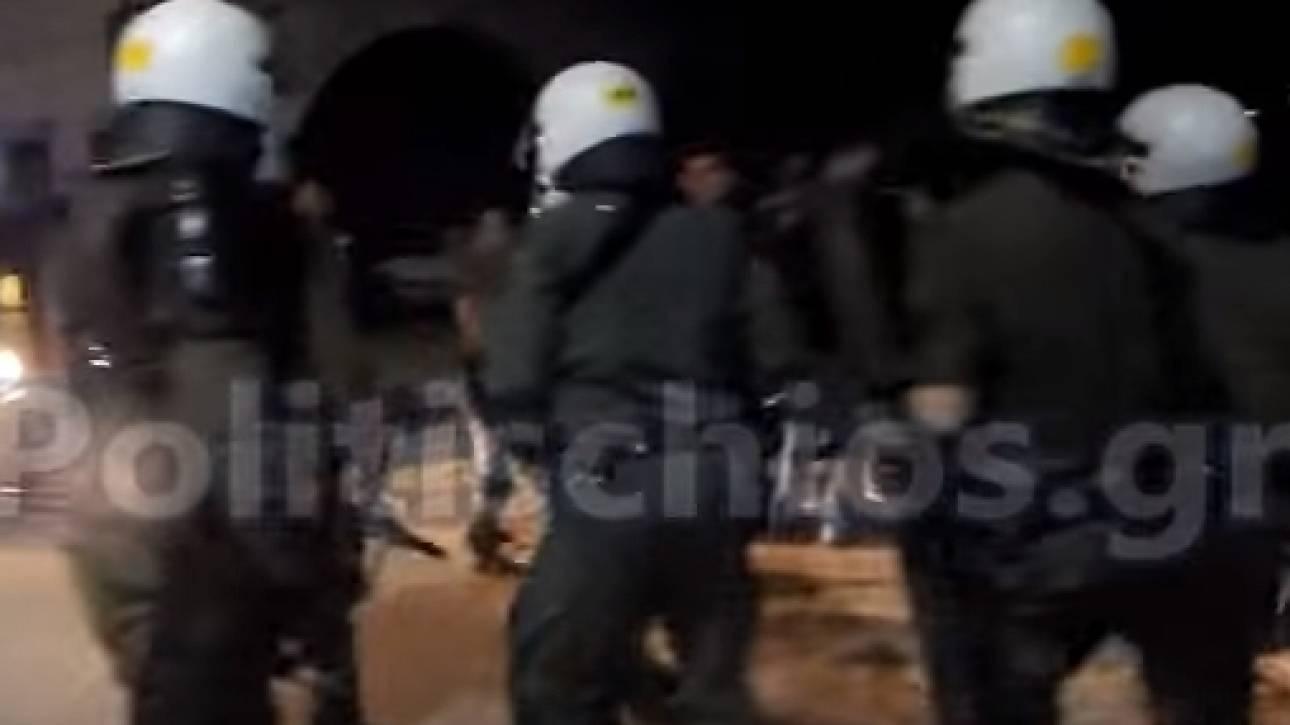 Σοβαρά επεισόδια στη Χίο μεταξύ κατοίκων και ΜΑΤ - Τρεις τραυματίες (vid)