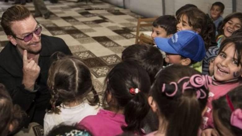 Μπόνο: Μάθημα για τον κόσμο η στάση της Τουρκίας προς τους πρόσφυγες
