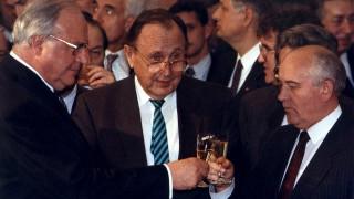 Βιβλίο συλλυπητηρίων για τον Χανς Ντίτριχ Γκένσερ στη Γερμανική πρεσβεία