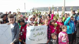 Με λουλούδια διαμαρτυρήθηκαν προσφυγόπουλα στην Ειδομένη