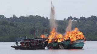 Η Ινδονησία κατέστρεψε ξένες ψαρόβαρκες για παράνομη αλιεία