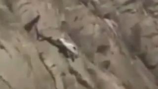 Επιχείρηση διάσωσης άνδρα που σκαρφάλωσε σε λόφο για μια πρόταση γάμου (vid)