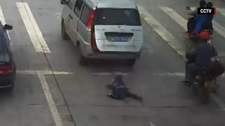 Παιδί πέφτει από όχημα σε αυτοκινητόδρομο