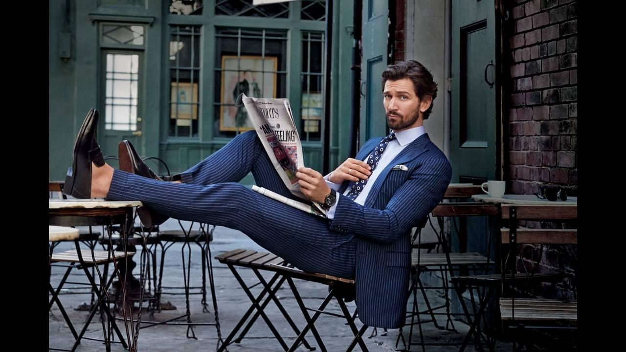 Ριγέ κοστούμι ριγέ Ralph Lauren. Πουκάμισο και γραβάτα Ralph Lauren. Loafers Tom Ford.