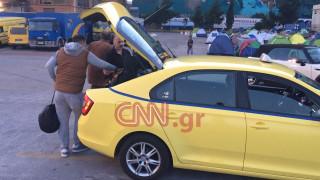 Πρόσφυγες στον Πειραιά παίρνουν ταξί για το κέντρο φιλοξενίας στον Σκαραμαγκά