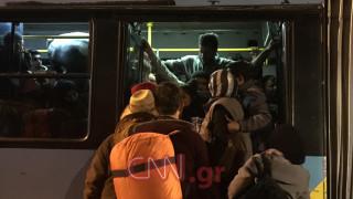Αδειάζει ο Πειραιάς - στον Σκαραμαγκά μεταφέρονται οι πρόσφυγες