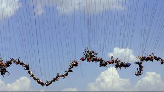 Αδρεναλίνη στο κόκκινο: Παγκόσμιο ρεκόρ «rope jumping» από 149 άτομα (video & pics)