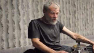 Ο άστεγος βιολιστής και η μεγαλύτερη έκπληξη της ζωής του (vid)