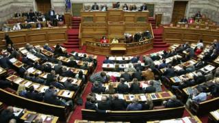 Καβγάς και κόντρες στη Βουλή για τη βροχή υπουργικών και βουλευτικών τροπολογιών