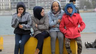 Λιμάνι Πειραιά: Μεταφορά 450 προσφύγων από την πύλη Ε-2 προς την πέτρινη αποθήκη