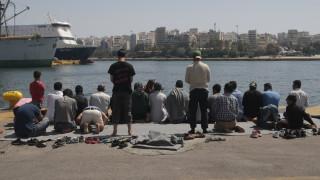 Λιμάνι Πειραιά: Συνεχίζεται η απομάκρυνση προσφύγων από την πύλη Ε2