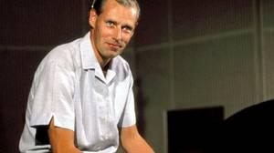 Σερ Τζορτζ Μάρτιν: Ήταν ο άντρας που ανακάλυψε, δημιούργησε και ουσιαστικά καθιέρωσε τα Σκαθάρια. Ήταν ο παραγωγός των The Beathes που έφυγε σε ηλικία 90 ετών, πλήρης ημερών, στις 8 Μαρτίου, κληροδοτώντας για πάντα σε όλους τη μουσική που όρισε τα χρόνια