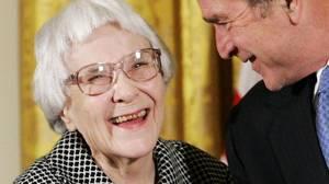 Χάρπερ Λι: Το μυθιστόρημά της Όταν Σκοτώνουν τα Κοτσύφια (To Kill A Mockingbird) καθόρισε τη λογοτεχνία του 20ου αιώνα καθώς έθιξε τα φυλετικά προβλήματα του αμερικανικού νότου, πέθανε στη γενέτειρα της σε ηλικία 89 ετών, στις 19 Φεβρουαρίου.