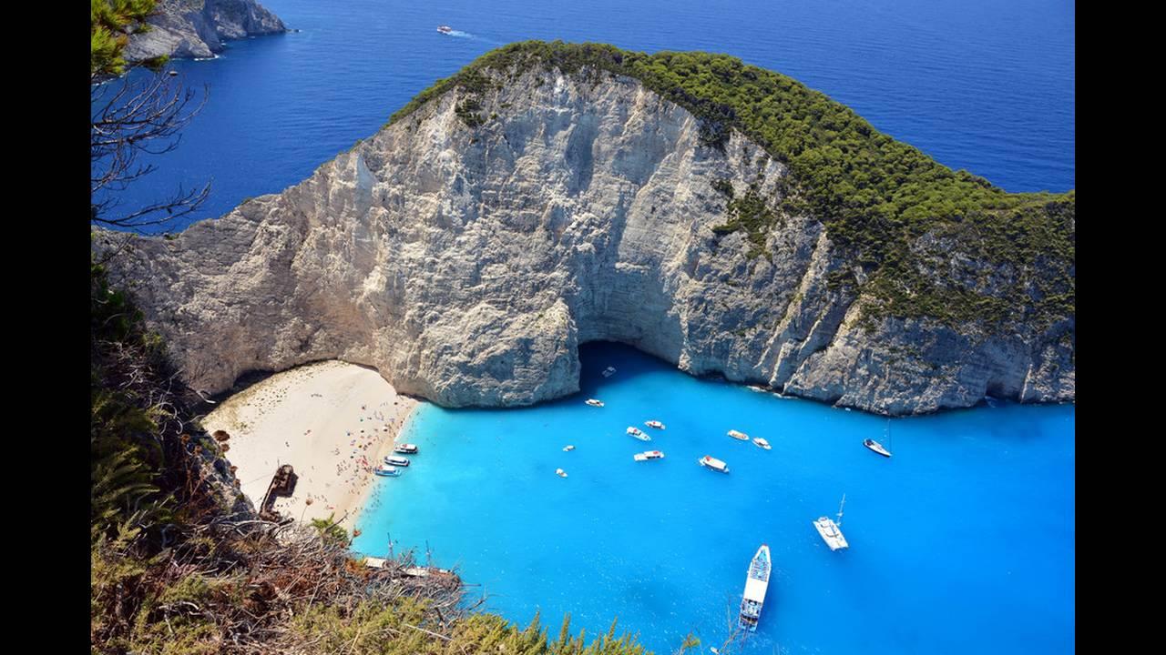 1. Ναυάγιο, Ζάκυνθος. Προστατεύεται από βράχια και είναι προσβάσιμη μόνο από τη θάλασσα. Πήρε το όνομά της από ένα φορτηγό πλοίο που ναυάγησε. Σήμερα τα απομεινάρια του βρίσκονται ακόμη στην παραλία.