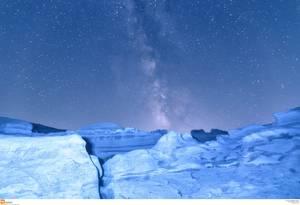 2. Σαρακήνικο – Μήλος. Μεγάλοι, κάτασπροι βράχοι ξεπροβάλλουν από το νερό της θάλασσας και δίνουν την εντύπωση του σεληνιακού τοπίου.