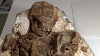 Μητέρα και βρέφος αγκαλιασμένοι για 4.800 χρόνια