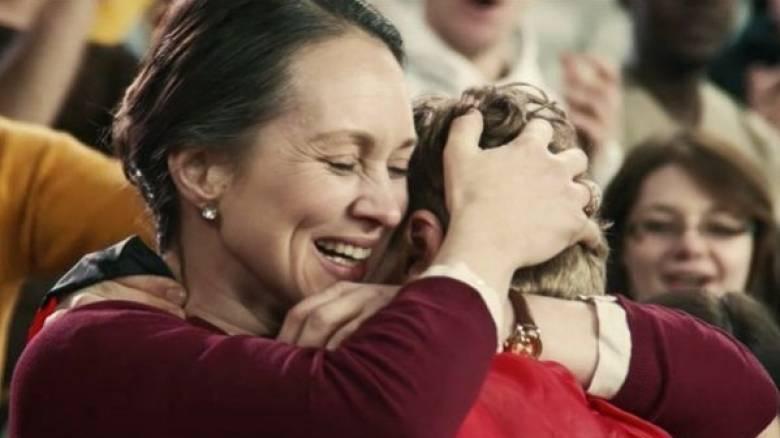 """«Σ' ευχαριστώ, Μαμά - Ένα """"ευχαριστώ"""" που ζεις για να ακούσεις». Δείτε το συγκλονιστικό βίντεο"""
