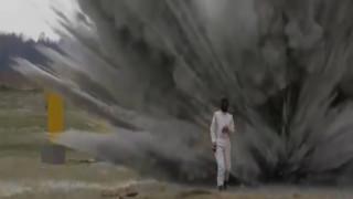 Θηλυκός...Terminator: Περπατά σε ναρκοπέδιο εν μέσω αλλεπάλληλων εκρήξεων