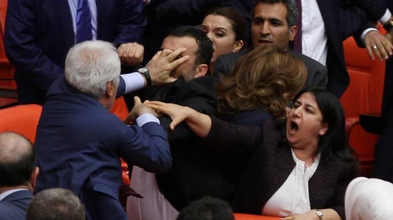 Συμπλοκές βουλευτών στην τουρκική Εθνοσυνέλευση (vid)