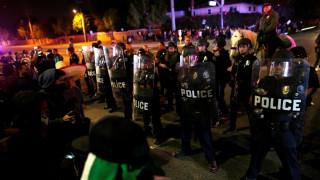 Συγκρούσεις και συλλήψεις διαδηλωτών έξω από προεκλογική ομιλία του Τραμπ