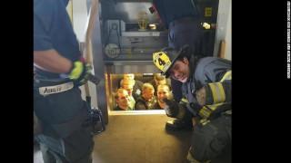 Πως λέγονται 12 αστυνομικοί κλεισμένοι σε ένα ασανσέρ; Χρυσός, για το διαδίκτυο!