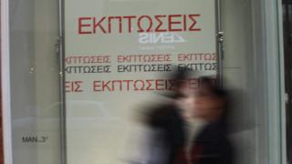 Ενδιάμεσες εκπτώσεις στα καταστήματα μετά την αργία της Πρωτομαγιάς